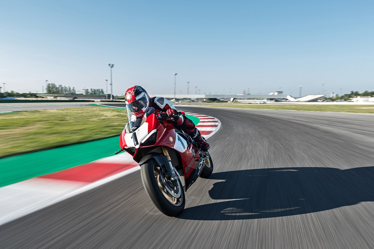 12_Panigale V4 25_ Anniversario 916_action_UC77817_Mid.jpg