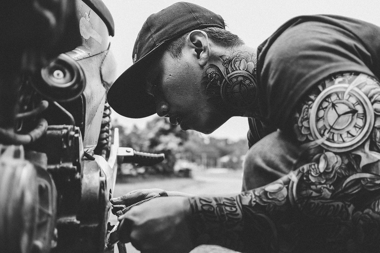 tattoos-repair-hats-motorcycle-blackandehite-846604.jpg